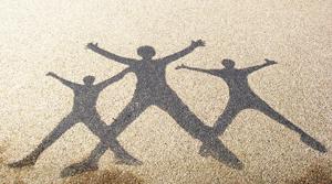 Schattenbild dreier springender Menscher